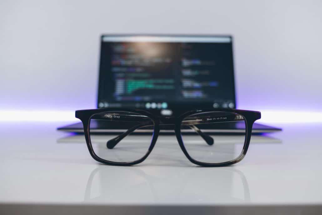 Website-Analyse PRO döhring digital Brille und Laptop
